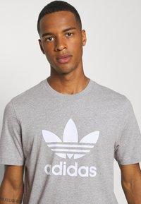 adidas Originals - TREFOIL T-SHIRT ORIGINALS ADICOLOR - T-shirt med print - medium grey heather/white - 3