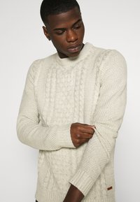 Jack & Jones - JJKIM CREW NECK - Pullover - cloud dancer - 3