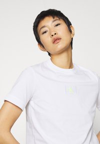 Calvin Klein Jeans - BADGE CROPPED TEE - Basic T-shirt - bright white - 4