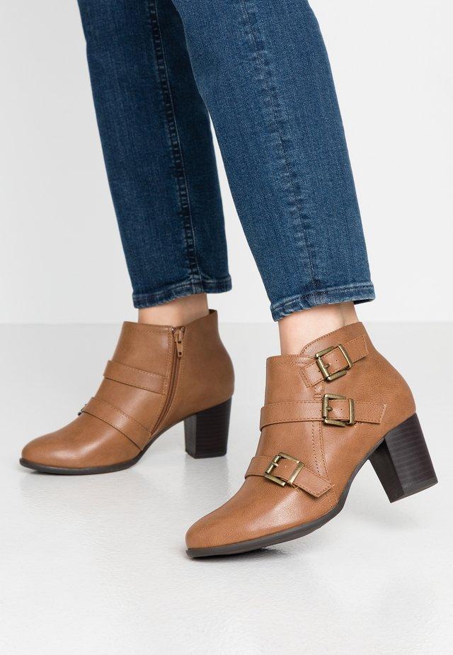 WIDE FIT WREN - Boots à talons - camel