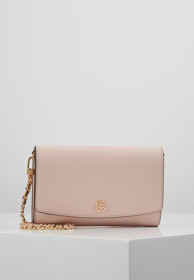 ROBINSON CHAIN WALLET - Taška spříčným popruhem - shell pink