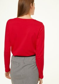 comma casual identity - MIT V-AUSSCHNITT - Long sleeved top - scarlet red - 2