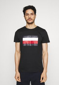 Tommy Hilfiger - CORP STRIPE BOX TEE - T-shirt con stampa - black - 0
