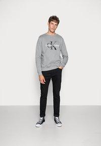 Calvin Klein Jeans - ICONIC MONOGRAM CREWNECK - Sweatshirt - mid heather grey - 1
