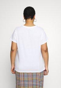Levi's® Plus - PERFECT TEE - Triko spotiskem - white - 2