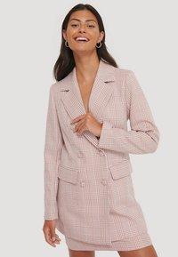 NA-KD - Short coat - pink/white - 0