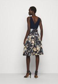 Lauren Ralph Lauren - PRINTED FAILLE DRESS COMBO - Robe de soirée - lighh navy/yellow - 2