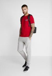 Champion - CREWNECK - Print T-shirt - red - 1