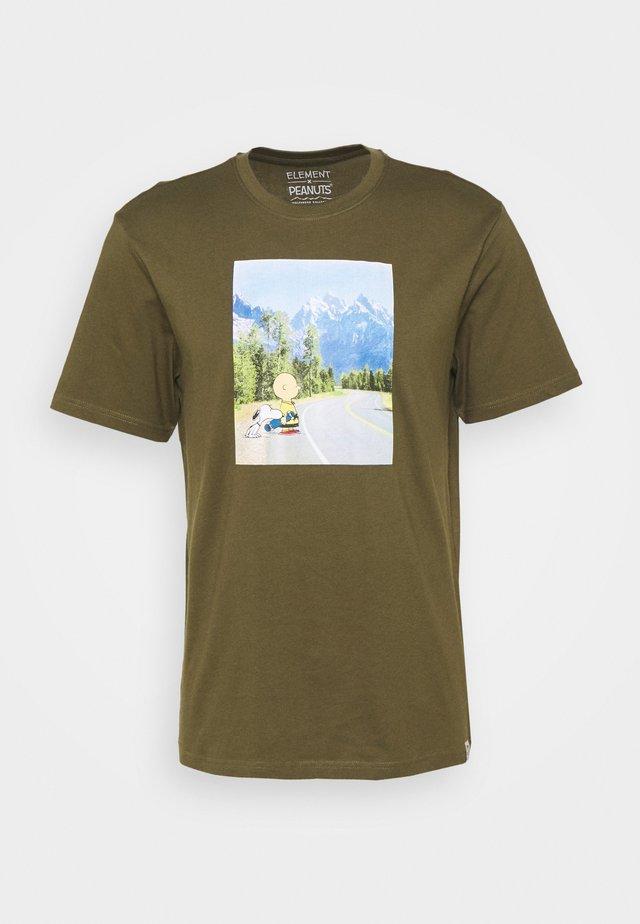 PEANUTS ADVENTURE - Print T-shirt - army