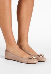 MICHAEL Michael Kors - ALICE BALLET - Ballet pumps - truffle - 0