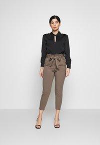 Vero Moda Petite - VMEVA LOOSE PAPERBAG PANT - Trousers - bungee cord - 1