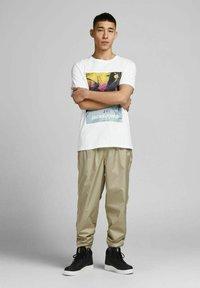 Jack & Jones - JCOBLADE TEE CREW NECK - Print T-shirt - white - 1