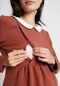 Paula Janz Maternity - DRESS BOSSA NOVA NURSING - Denní šaty - cayenne - 7