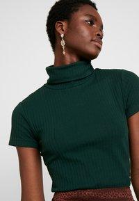 Anna Field - BASIC - T-shirt z nadrukiem - scarab - 4