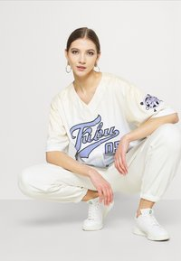 FUBU - VARSITY BASEBALL GRADIENT - Print T-shirt - beige - 4