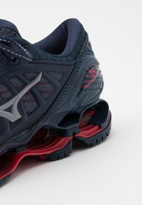 Mizuno - WAVE PROPHECY 9 - Neutrale løbesko - mood indigo/gray/lollipop - 5