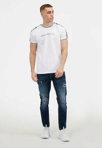 Kings Will Dream - DENSON - Print T-shirt - white navy - 4
