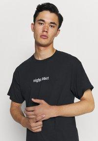 Night Addict - BURN - T-shirt med print - black - 3