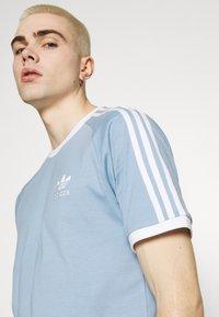 adidas Originals - STRIPES TEE - T-shirt z nadrukiem - ambient sky - 3