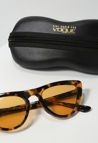 VOGUE Eyewear - GIGI HADID - Sluneční brýle - orange - 3