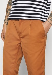 Carhartt WIP - ABBOTT PANT DENISON - Pantalones - rum rinsed - 4