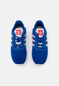 adidas Originals - LA TRAINER LITE SHOES - Trainers - team royal blue/footwear white/scarlet - 3