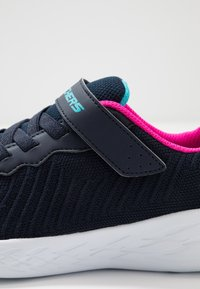 Skechers - GO RUN - Sneaker low - navy/hot pink - 2