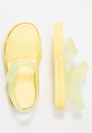 MALIBU - Sandały kąpielowe - amarillo