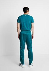 Fila - TAPE TRACK PANTS - Pantalon de survêtement - everglade - 2