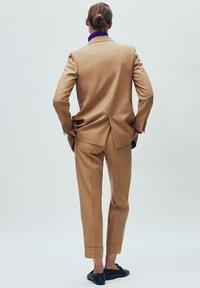 Massimo Dutti - MIT UMGESCHLAGENEM SAUM - Bukser - beige - 1