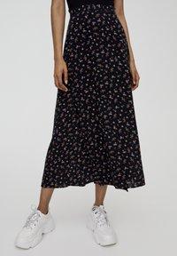 PULL&BEAR - MIT BLUMENPRINT UND BEINSCHLITZ  - Maxi skirt - black - 0