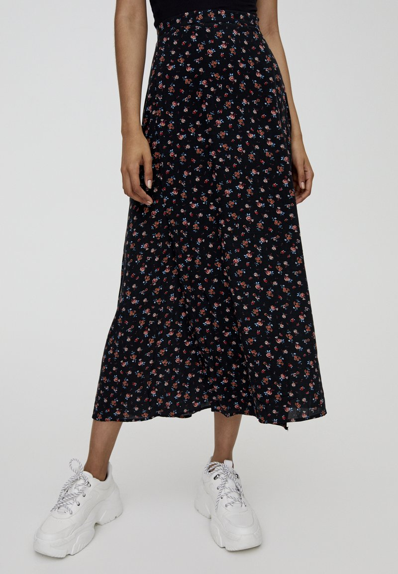 PULL&BEAR - MIT BLUMENPRINT UND BEINSCHLITZ  - Maxi skirt - black