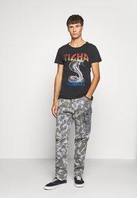 Tigha - WREN - T-shirt z nadrukiem - vintage black - 1