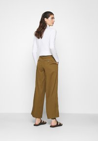 Banana Republic - WIDE LEG PLEATED PANT - Pantaloni - cindered olive - 2