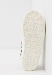 Walnut - CLASSIC - Ankle strap ballet pumps - white - 5