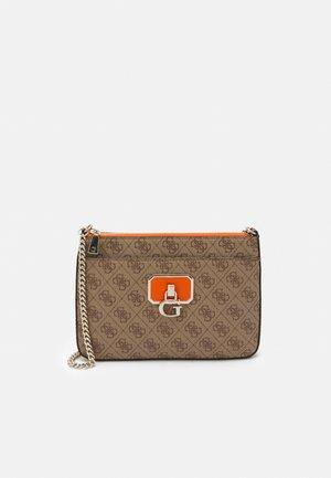 ALISA CROSSBODY TOP ZIP - Across body bag - latte/orange
