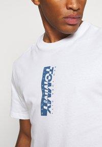 Tommy Jeans - TJM VERTICAL LOGO TEE - T-shirt print - white - 5