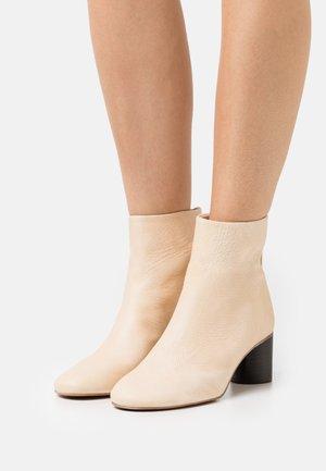 DAGMAR - Kotníkové boty - creme