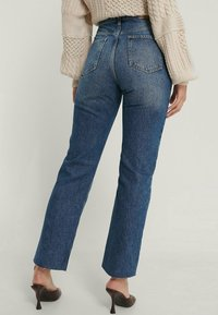 NA-KD - HIGH WAIST RAW - Straight leg jeans - mid blue - 2