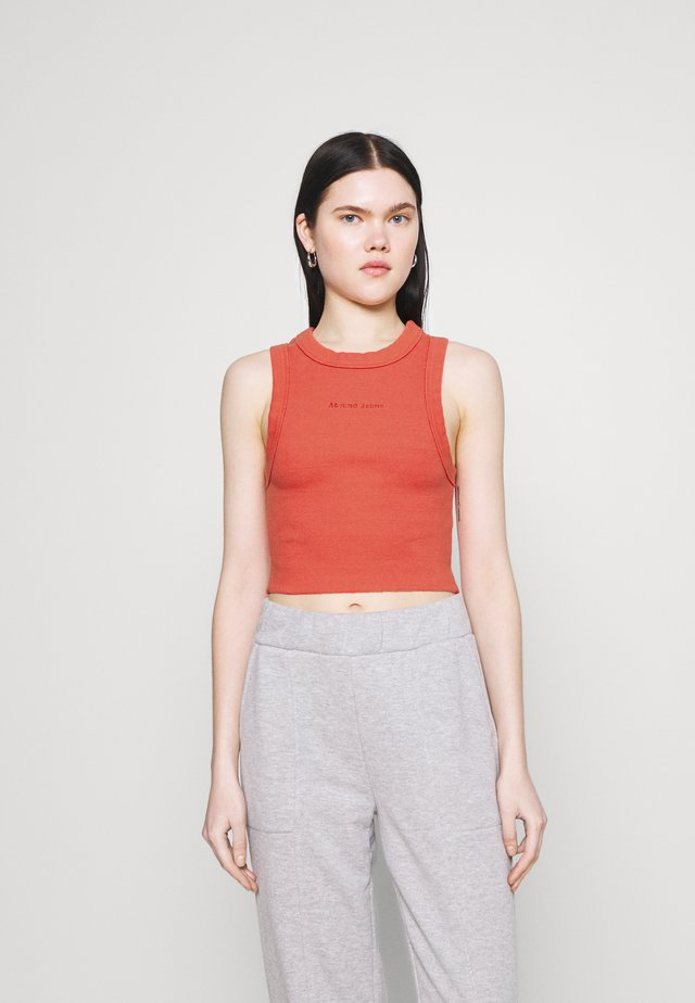 HEATHER SINGLET - Topper - rust red