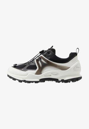 BIOM C-TRAIL - Běžecké boty do terénu - white/black