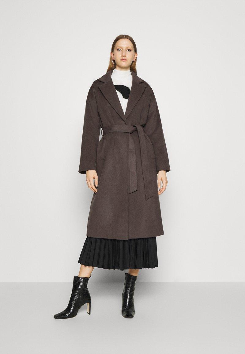 Bruuns Bazaar - SALLIE JEZZE COAT - Klassinen takki - earth brown