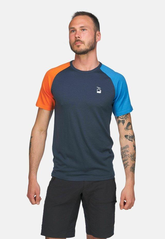 HYGGEWOOL - T-shirts med print - mørkeblå/lyseblå og oransje