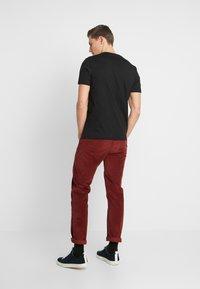 Lyle & Scott - Basic T-shirt - jet black - 2