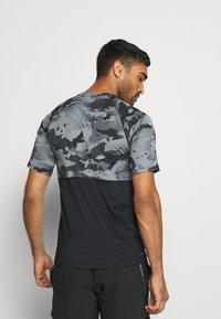 Nike Performance - SLIM CAMO - Camiseta estampada - black/grey fog - 2