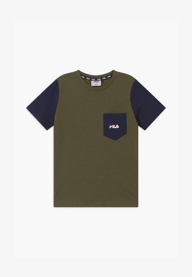 ALFONSO  - T-shirts med print - grape leaf/black iris