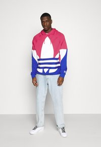 adidas Originals - OUT HOOD - Sweat à capuche - powpnk/white/royblu - 1