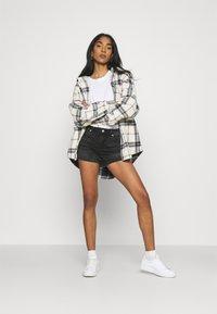 Vero Moda - VMLYDIA - Szorty jeansowe - black - 1