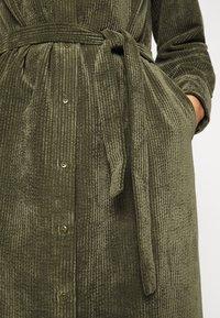 Another-Label - VANDERDISE DRESS - Košilové šaty - winter moss - 6