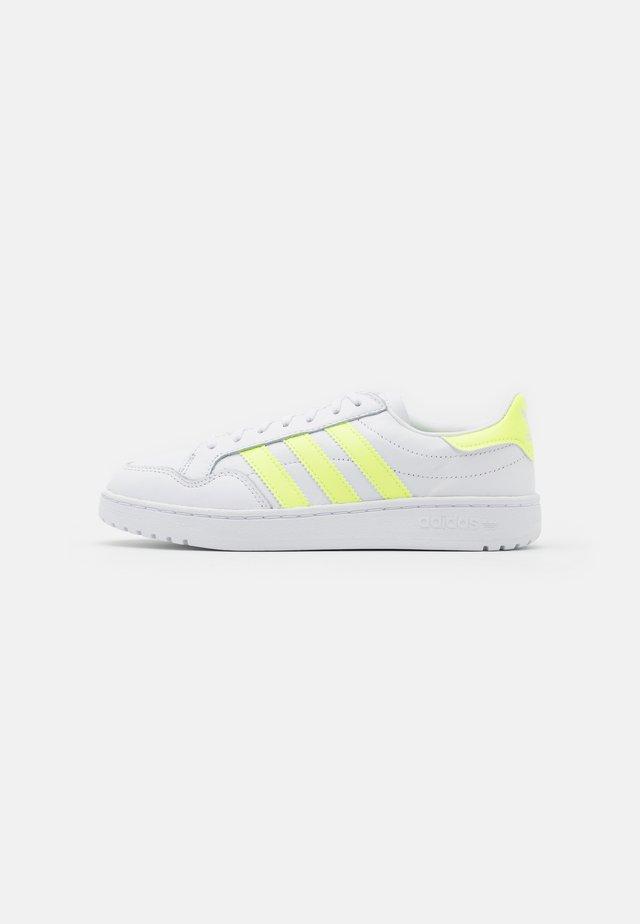 TEAM COURT SPORTS INSPIRED SHOES - Joggesko - footwear white/hireye/hi-res yellow